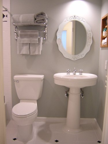 4 tips to redo a small bathroom diy inspired for Small bath redo