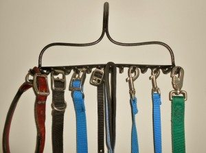 http://www.diyinspired.com/wp-content/uploads/2015/09/Repurposed-Rake-Turned-Leash-Holder-300x223.jpg