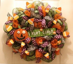 http://www.diyinspired.com/wp-content/uploads/2015/10/Festive-Halloween-Mesh-Wreath-Tutorial-300x266.jpg