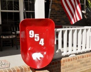 http://www.diyinspired.com/wp-content/uploads/2015/10/Repurposed-Wheelbarrow-Address-Sign-300x238.jpg