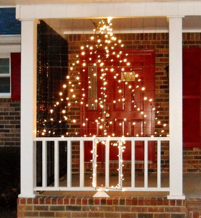 Christmas yard decorations - Upcycle Wire Fencing For Outdoor Christmas Lights Diy