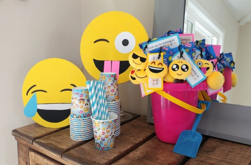 How to make cardboard emoji faces diy inspired for Decoration emoji