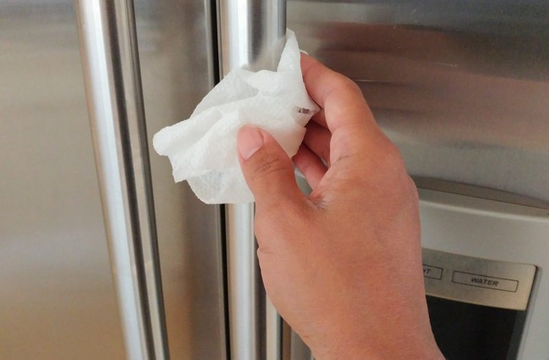 quick-kitchen-cleaning-hacks-wd40-and-paper-towel