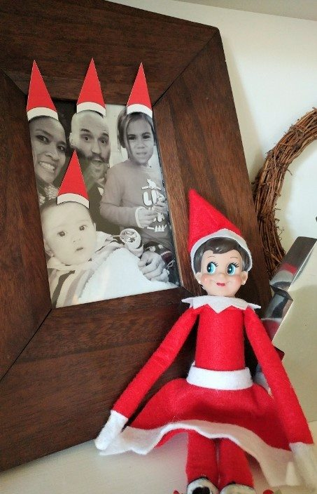 elf-on-the-shelf-ideas-santa-hat-family-picture