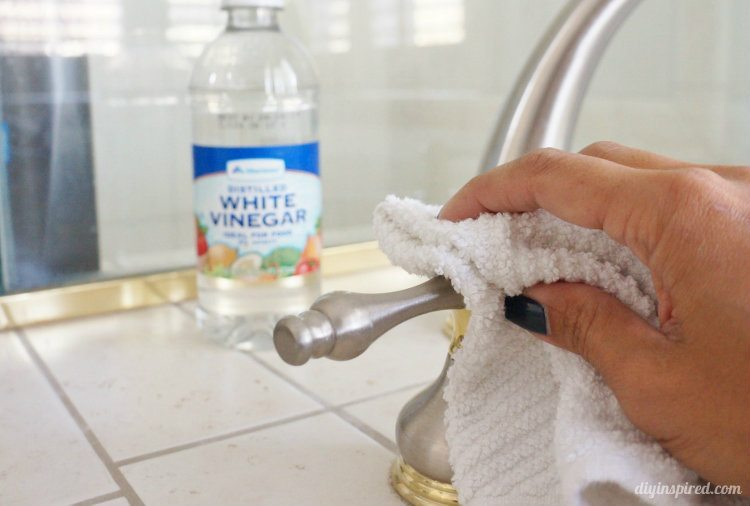 How to clean with vinegar diy inspired for Vinegar bathroom cleaner