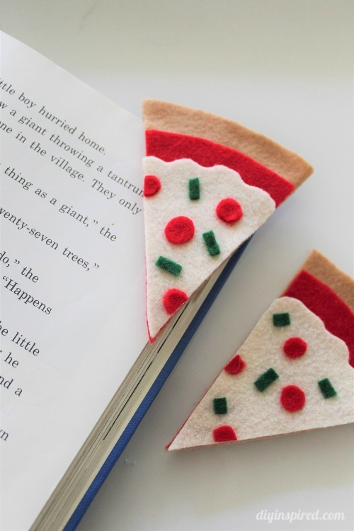 How to make a no sew DIY Felt Pizza Bookmark for a back to school kid's craft.