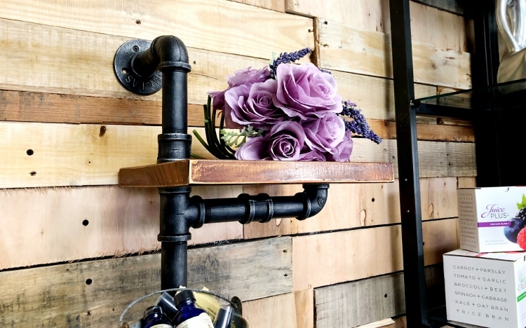 A Simple and Inexpensive Way to Build a DIY Pallet Wall